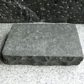 Klostersten (Håndhugget) - Sort-Basalt - 14x21x4,5 cm